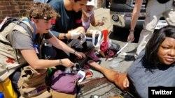 Personal de emergencia ayuda a un herido atropellado por un auto que se lanzó contra un grupo de activistas que acudieron a protestar una manifestación de nacionalistas blancos en Charlottesville, Virginia, en agosto pasado. Foto: @acluva