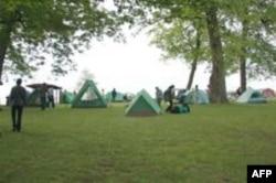 在河岸边露营