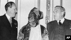 Ahmadu Bello Sardauna (Tsakiya) a Matsayin Mai Jawabi a Taron Kundin Tsarin Mulkin Najeriya a birnin Landan na Ingila Mayu 23, 1957