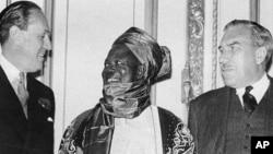 Sir Ahmadu Bello, (tsakiya sanye da rawani) tare da wasu turawan Birtaniya yayin wani taron samar da kundin tsarin mulki ga Najeriya da aka yi London a 1957.