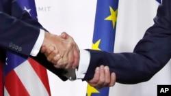 美國總統特朗普和法國總統馬克龍在七國集團峰會的新聞發布會上握手(2019年8月26日)。