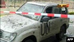 Một chiếc xe bị hư hỏng sau vụ đánh bom nhắm vào Trụ sở LHQ tại thủ đô Abuja của Nigeria, ngày 26/8/2011