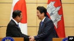 រូបឯកសារ៖ លោកនាយករដ្ឋមន្ត្រី ហ៊ុន សែន និងលោកនាយករដ្ឋមន្ត្រីជប៉ុន Shinzo Abe ចាប់ដៃគ្នាបន្ទាប់ពីកិច្ចប្រជុំរួមគ្នាមួយនៅទីក្រុងតូក្យូ ប្រទេសជប៉ុន កាលពីថ្ងៃទី៨ ខែតុលា ឆ្នាំ២០១៨។