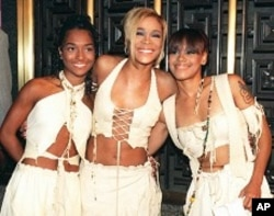 "The band TLC, from left, Rozanda ""Chilli"" Thomas, Tionne ""T-Boz"" Watkins and Lisa ""Left Eye"" Lopes, poses for photographers at New York's Radio City Music Hall. (September 7, 1995 file photo)"