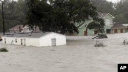 Beberapa rumah tergenang banjir setelah badai Isaac menghantam kawasan Braithwaite, Louisiana (29/8). Badai Isaac melemah hari Kamis 30/8.