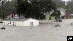 Исак донесе ветришта, поројни дождови: поплавени домови во Луизијана