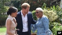 جنوبی افریقہ کے دورے کے دوران شہزادہ ہیری اور شہزادی میگھن جنوبی افریقہ کے سابق صدر نیلسن منڈیلا کی بیوہ کے ساتھ