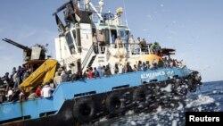 Des migrants Somaliens, Soudanais et Ethiopiens, transportés à bord d'un bateau de l'armée libyenne après avoir été secourus près de la côte de Misrata, Libye, 3 mai 2015.