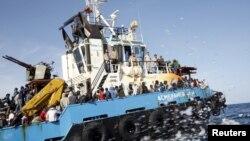 Migrants Somaliens, Soudanais et Ethiopiens, à bord d'un bateau de l'armée libyenne après avoir été secourus près de la côte de Misrata, Libye, 3 mai 2015.