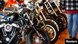 Produk-produk Harley Davidson dipajang di sebuah cabang Harley di London, Inggris (foto: ilustrasi).