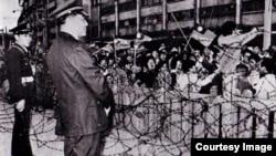 台湾民众在美国大使馆外抗议断交 (CTS历史资料画面截图)