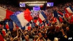 ພວກສະໜັບສະໜຸນປະທານາທິບໍດີ Nicolas Sarkozy ພາກັນໂບກທຸງຊາດ ໃນລະຫວ່າງການໂຄສະນາຫາສຽງ ໃນພາກໃຕ້ຂອງປະເທດຝຣັ່ງ (3 ພຶດສະພາ 2012)