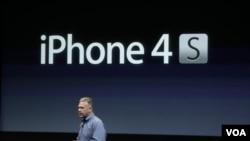 Salah seorang eksekutif Apple saat mengiklankan produk terbaru Apple, iPhone 4S (foto: dok).