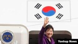 박근혜 한국 대통령이 미국 핵안보정상회의 참석 및 멕시코 공식 방문을 위해 30일 성남 서울공항에서 출국하며 환송객에게 인사를 하고 있다.