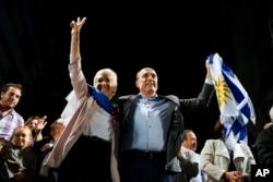 El candidato presidencial del gobernante Frente Amplio de Uruguay, Daniel Martínez, saluda a sus seguidores en Montevideo, Uruguay, el domingo, 24 de noviembre de 2019.
