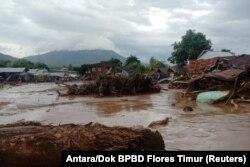 Rumah-rumah yang rusak terlihat di daerah yang terkena banjir bandang setelah hujan lebat di Flores Timur, Nusa Tenggara Timur, 4 April 2021. (Foto: Antara/Dok BPBD Flores Timur via REUTERS)