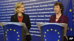 US Secretary of State Hillary Rodham Clinton (l) and Catherine Ashton, the European Union's foreign and security affairs chief, answer reporters' questions after a bilateral meeting EU headquarters in Brussels, 14 Oct 2010