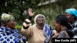 Mary Italo, ao centro, lamenta junto de outros familiares a morte de seu filho Thomas Abayo Italo, 33, morto no ataque ao shopping Westgate, enquanto esperam pelo seu corpo em um mortuário em Nairobi, Quénia.