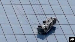 Juan López y Juan Lizama quedaron colgando cuando un cable del andamio en el que trabajaban cedió en la torre de 104 pisos.