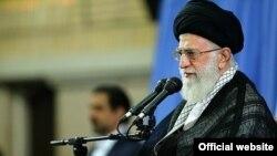 Pemimpin tertinggi Iran, Ayatollah Ali Khamenei menyampaikan pidato yang berapi-api di tengah massa di Teheran, hari Senin (17/8).