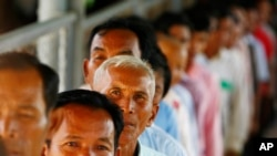 Cambodians line up at a court entrance before a hearing to prepare for the genocide trial of two surviving leaders Khieu Samphan and Noun Chea, at the U.N.-backed war crimes tribunal in Phnom Penh, file photo.
