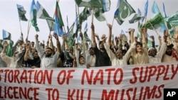 Para pendukung partai Jamaah-e-Islami Pakistan meneriakan protes atas dibukanya kembali jalur logistik NATO ke Afghanistan di Karachi, Pakistan (15/7).