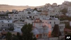 Unit tentara Israel menghancurkan rumah warga Palestina-Amerika Muntasser Shalaby menggunakan ledakan terkendali di desa Turmus Ayya, Tepi Barat, utara Ramallah, Kamis, 8 Juli 2021. (AP Photo/Nasser Nasser)
