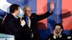 Ted Cruz, con su padre Rafael Cruz y su madre Eleanor Darragh durante un evento de campaña en Des Moine, Iowa. Febrero 1, 2016.