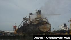 Kondisi kapal tanker MT Jag Leela usai mengalami kebakaran, Selasa, 12 Mei 2020. (Foto: Anugrah Andriansyah/VOA)