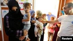Para pengungsi Suriah antri untuk mendapatkan perawatan medis (foto: dok). ISIS diduga merekrut para dokter untuk memperkuat pasukan pejuang asing.