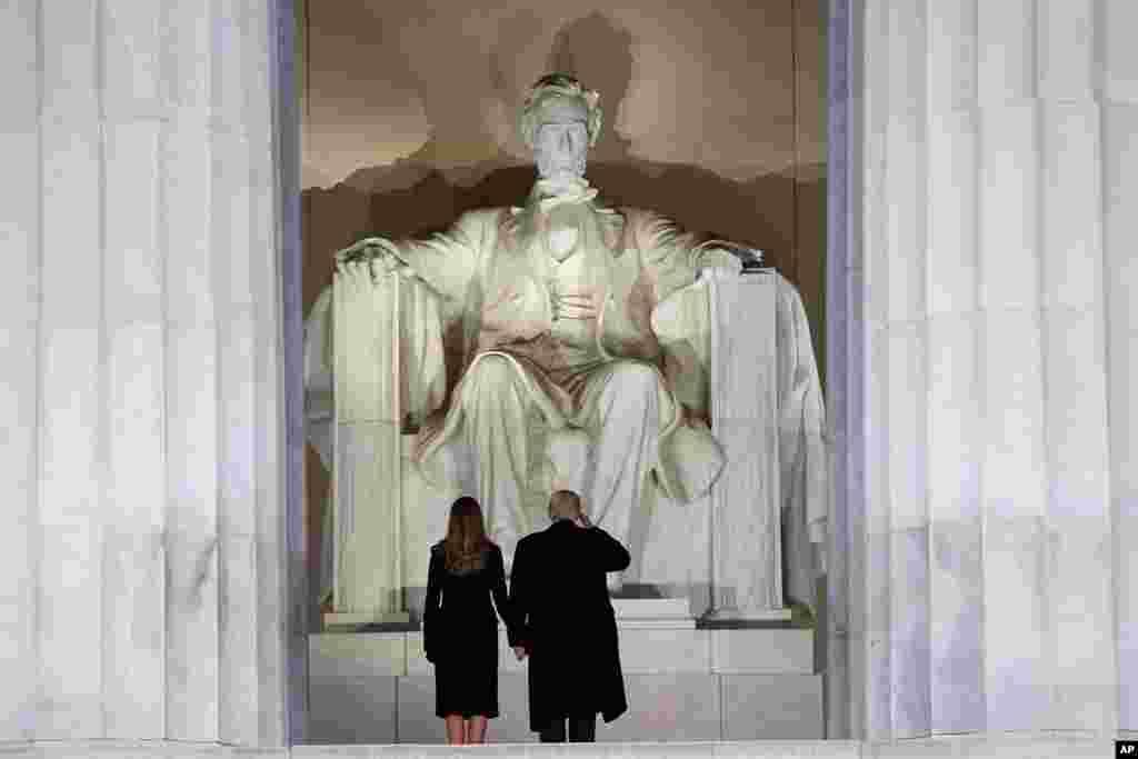 Le président élu des États-Unis Donald Trump et son épouse Melania viditent mémorial Abraham Lincoln, à Washington, 19 janvier 2017.