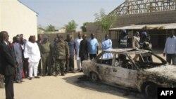 Местные жители собрались у церкви в городе Майдугури, которая подверглась нападению мусульман. Нигерия. 25 декабря 2010 года
