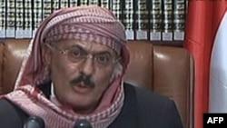 Tổng thống Yemen Ali Abdullah Saleh nói chuyện với dân chúng trong lúc binh sĩ bắn vào người biểu tình đòi đưa ông Saleh ra xét xử về tội ác chống nhân dân Yemen, ngày 25/9/2011