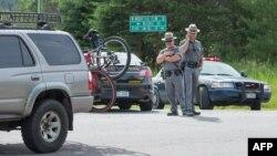 Cảnh sát bang New York tại 1 rào chắn dọc Quốc lộ 30 gần Malone, New York, khi cuộc truy lùng tù nhân David Sweat tiếp diễn, 27/6/2015.