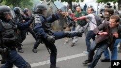 Affrontements entre agents des CRS et des manifestants à Paris, France, 26 mai 2016.