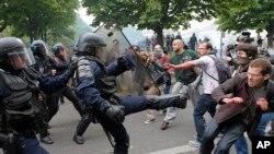 Polisi anti huru-hara bentrok dengan para demonstran saat melakukan aksi unjuk rasa di Paris, Perancis (26/5).