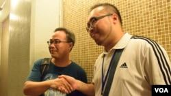 太古城投票站排龍尾的梁先生(左)與東區區議員趙家賢握手 (美國之音 湯惠芸拍攝)