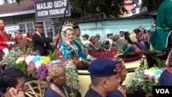 Putri Sultan Yogyakarta Gusti Kanjeng Ratu (GKR) Hayu bersama suaminya Kanjeng Pangeran Haryo (KPH) Notonegoro dalam arak-arakan pernikahan (23/10). (VOA/Nurhadi Sucahyo)