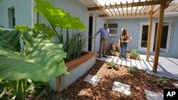 Nhân viên địa ốc đưa khách hàng đi xem một căn nhà ở Orlando, Florida