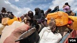 Militan al Shabaab mengembalikan keluarga pengungsi dari kemah pengungsi Ala-yasir ke daerah asalnya, Lower Shabelle, selatan Mogadishu (15/10).