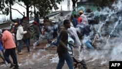 Warga menyelamatkan diri dari gas air mata yang dtembakkan oleh polisi di desa Katwekera, Kenya, 26 Oktober 2017.