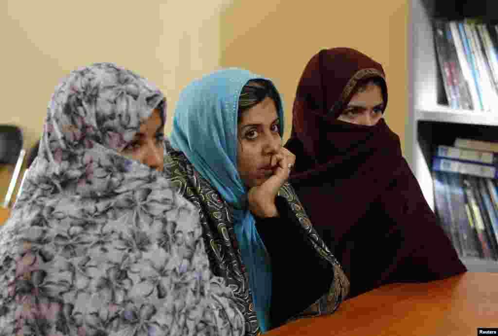 امدادی اداروں کے اپنے جاری منصوبے سمیٹنے سے ان قیدی خواتین کو سہولتوں کی فراہمی کو جاری رکھنا خطرے میں پڑ گیا ہے۔