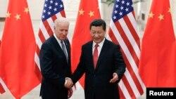 美國副總統拜登(左)與中國國家主席習近平(右)握手