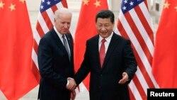 시진핑 중국 국가주석(왼쪽)과 미국 조 바이든 미국 부통령이 지난 4일 베이징에서 만나 악수하고 있다.