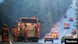 消防队员部署在优山美地货架公园近边