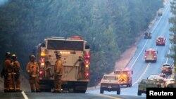 Dotaciones de bomberos de California se preparan en la ruta 120 para ser desplegados en el combate de las llamas del Anillo de Fuego.