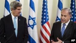 Menteri Luar Negeri John Kerry (kiri) mendengarkan Perdana Menteri Israel Benjamin Netanyahu dalam konferensi pers sebelum pembicaraan mereka di Yerusalem (2/1). (AP/Brendan Smialowski)