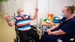İngiltere'de Corona aşısı olan 98 yaşındaki Henry (Jack) Vokes