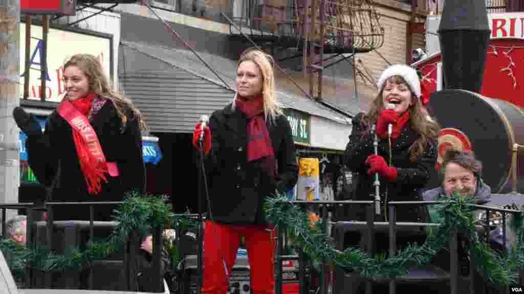 小意大利區小姐高唱聖誕歌曲
