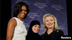 سابق امریکی خاتون اول مشیل اوباما اور سابق امریکی وزیر خارجہ ہلری کلنٹن ، سعودی عرب کی سمر بدوی کو ایوارڈ دیے جانے کی تقریب میں ۔ 2015